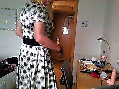 Ella in Satin- und der Butt Plug