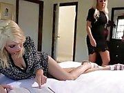 Innocent Nina Elle é seduzido por sacanagem companheiro de quarto Tara Morgan