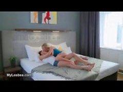 Blonde chaude et de brunette à de lesbiennes reçoivent