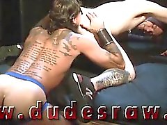 Suspendues goujon tattooed rayon de Dalton et de chiots Tapageaut McBeal aspirer