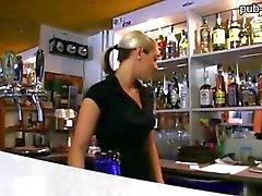 Bartender chaude poussin de Lenka fucks au comptant