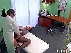 Baby spielt mit den Massagehilfsmittel mit gefälschten Spital