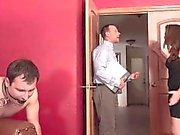 Esposa Negro Cuckolds a su marido y lo hace Eat de eyaculación