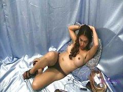 Horny Сапфир детеныши гладит ее твердого петуха Пока она задувает