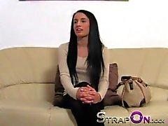 Stark Behaart StrapOn Langer schwarzer Haar Babe bekommt Kätzchen aufgefüllt bei Strapon Schwanz