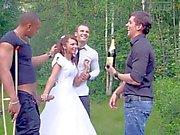 Jeune mariée est attaquée par des des trois robinets