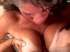 Busty Amateur Riding Orgasmus zu