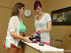 Horny Seamstress slickar Up Sara Jay