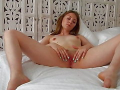 Dominika D - Pretty Teen Babe Fingers hennes trånga fitta