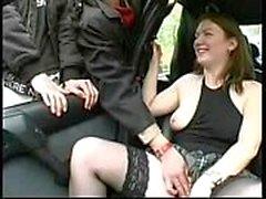 Frau wird nackt vorgeführt
