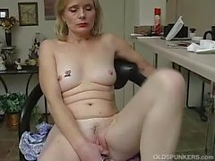 Mature amateur has an orgasm