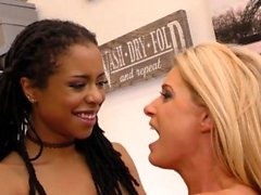 India Summer und Kira Noir Interracial Lesben Sex