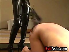 Asiatischen Dominatrix In der Leather