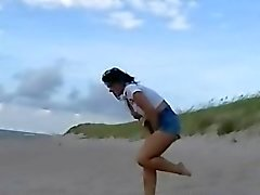 Beach babe pissing in public and wet jeans flash