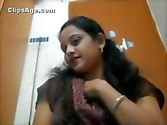 Indian webcam lady Reshma exposing herself and playing on chat session