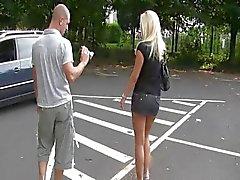 Teen masturbiert Parkplatz