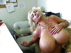 Stora titted blond kuk suckers i office